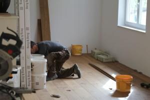 Hochwertige Böden sollten von Profis verlegt werden - das muss auch garnicht teuer sein