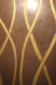 Tadelakt (im Bild mit Ornament) ist ein orientalischer Putz auf Kalkbasis - und sehr schön